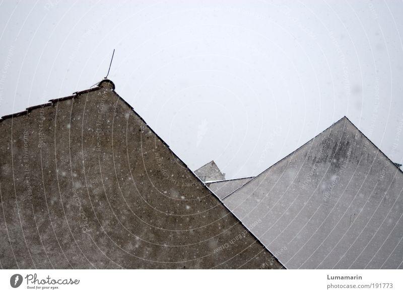 Gipfeltreffen Klima Wetter schlechtes Wetter Schneefall Dorf Kleinstadt Skyline Haus Einfamilienhaus Bauwerk Gebäude Architektur Mauer Wand Dach alt einfach