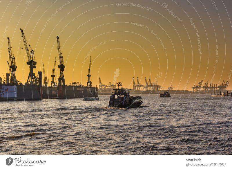 Schiffe elbabwärts Wasser Wolkenloser Himmel Winter Fluss Elbe Hamburg Hafenstadt Industrieanlage Schifffahrt Fähre Container Hafenkran Unendlichkeit gelb gold