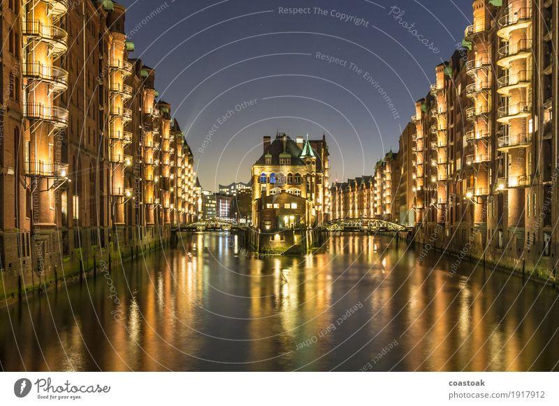 Das Wasserschloß in der Speicherstadt blau Erholung Architektur gelb Gebäude Stein Deutschland braun Europa Warmherzigkeit Romantik Brücke Sehenswürdigkeit