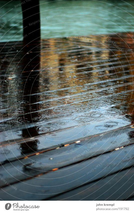 november rain alt Meer grün dunkel Tod Traurigkeit Regen braun Wellen Küste nass Trauer Italien Steg historisch Gewitter