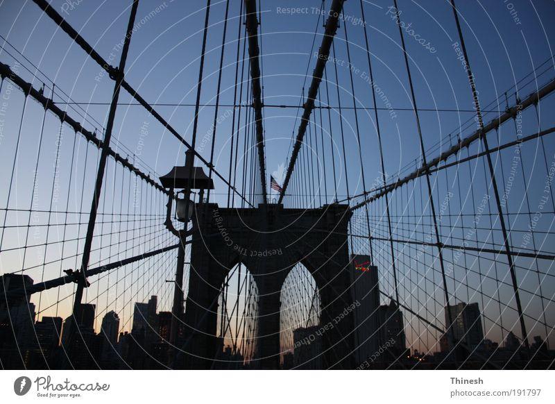 New York Brücke bevölkert Bauwerk Sehenswürdigkeit New York City Farbfoto Tag Froschperspektive Blick nach unten Stadt