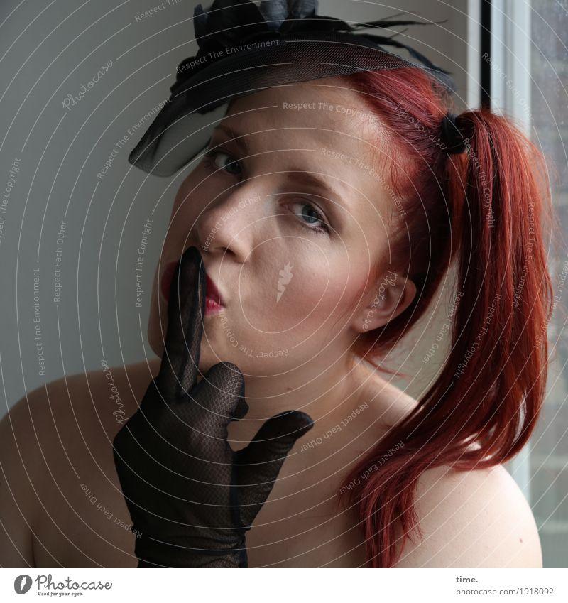 . Raum feminin Frau Erwachsene 1 Mensch Fenster Accessoire Handschuhe rothaarig langhaarig Zopf beobachten Denken festhalten Blick außergewöhnlich dunkel schön