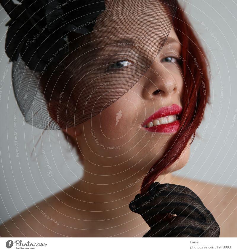 . feminin Frau Erwachsene Handschuhe Haarspange rothaarig beobachten festhalten Lächeln Blick außergewöhnlich Freundlichkeit schön Freude Glück Fröhlichkeit