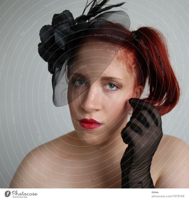 . feminin Frau Erwachsene 1 Mensch Handschuhe Hut Haare & Frisuren rothaarig langhaarig Zopf beobachten festhalten Blick außergewöhnlich schön Zufriedenheit