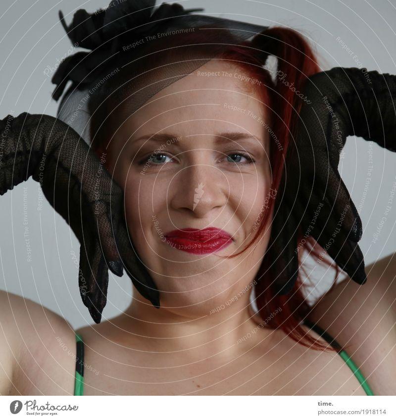 . feminin Frau Erwachsene 1 Mensch Kleid Handschuhe Hut rothaarig langhaarig Zopf beobachten festhalten Lächeln Blick Freundlichkeit Fröhlichkeit schön Freude