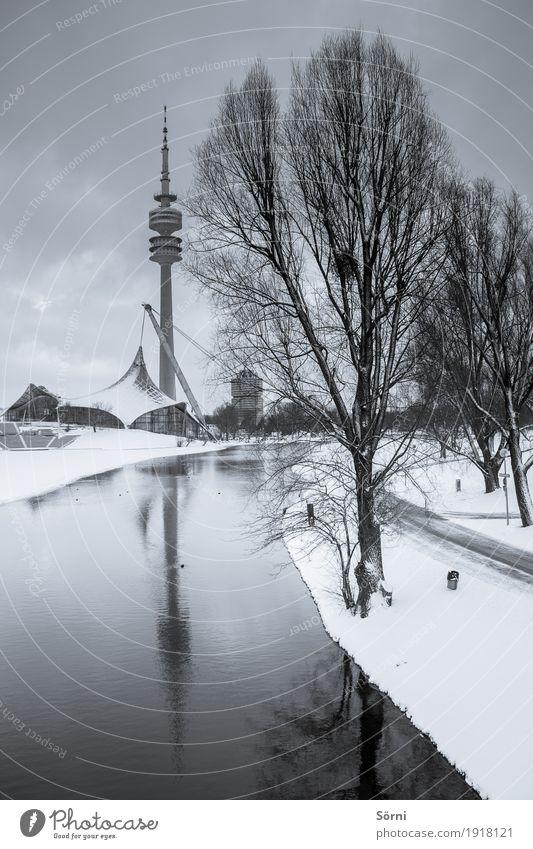 kalt und grau 2 Tourismus Ausflug Sightseeing Städtereise Winter Schnee Olympia Olympiapark Fernsehturm See Fluss Baum Frost Eis München Bayern grauenvoll