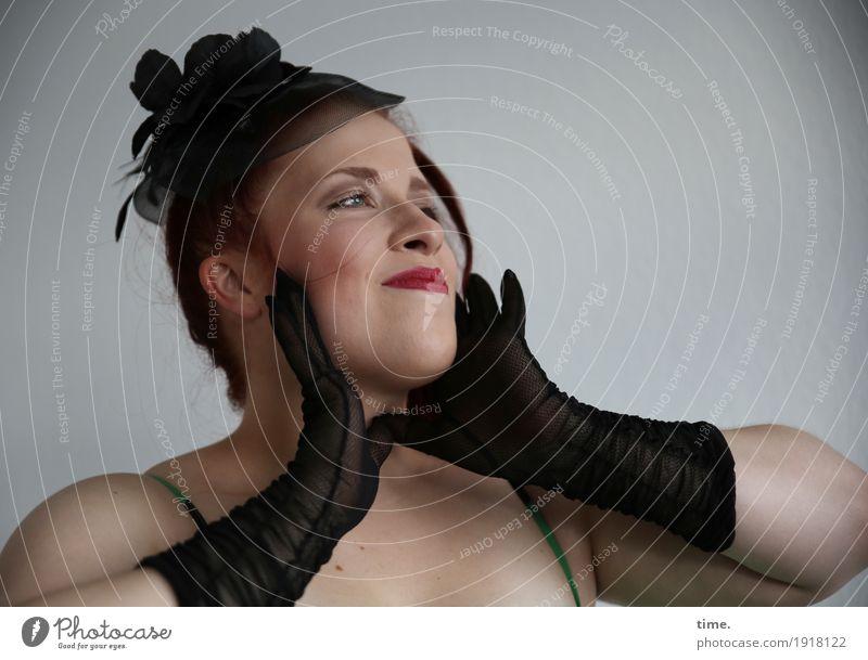 . feminin Frau Erwachsene 1 Mensch Handschuhe Hut rothaarig langhaarig beobachten festhalten Lächeln Blick träumen außergewöhnlich dunkel Fröhlichkeit schön
