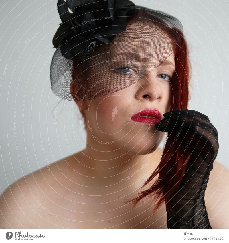 Anastasia schön Lippenstift feminin Frau Erwachsene 1 Mensch Schmuck Handschuhe Hut Haare & Frisuren rothaarig langhaarig beobachten Denken Blick warten Erotik