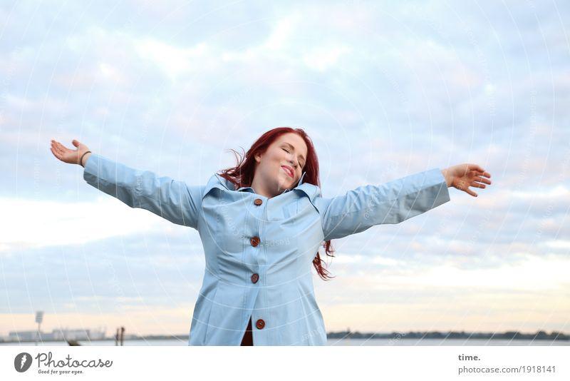 genießen | . feminin Frau Erwachsene 1 Mensch Himmel Wolken Horizont Küste Flussufer Mantel rothaarig langhaarig Erholung träumen frei schön Gefühle