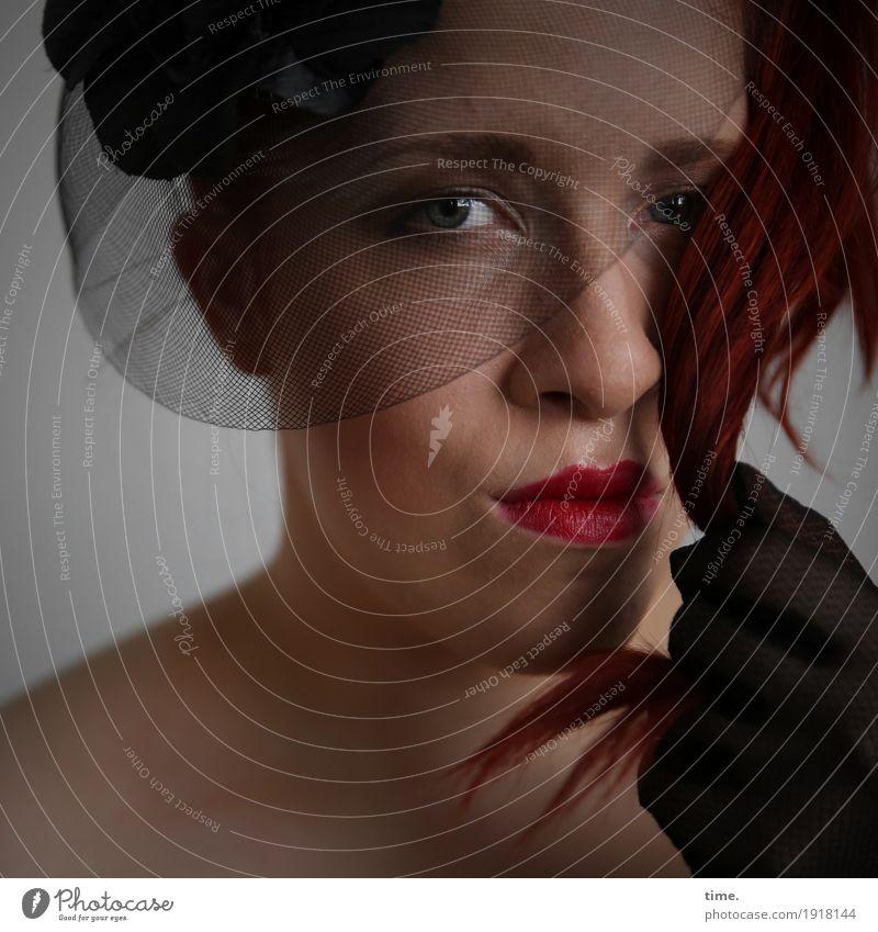 Anastasia feminin Frau Erwachsene 1 Mensch Handschuhe Hut rothaarig langhaarig beobachten Blick Traurigkeit warten dunkel schön Verschwiegenheit Wachsamkeit