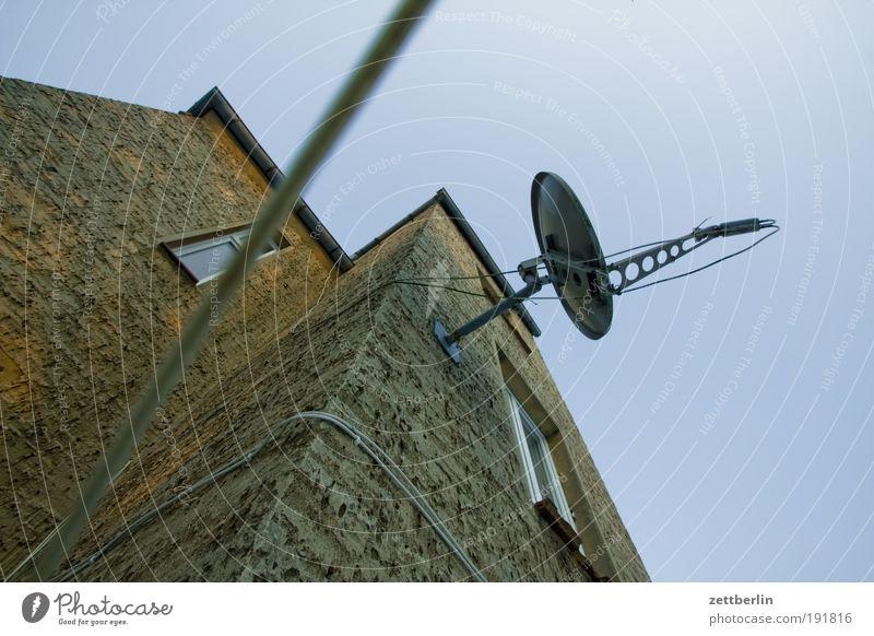 Fernsehen Haus Wand Ecke Fernseher Fernsehen Fernweh Schalen & Schüsseln Antenne steil Fernsehen schauen Einfamilienhaus Satellit Raumfahrt Medien Nische Satellitenantenne