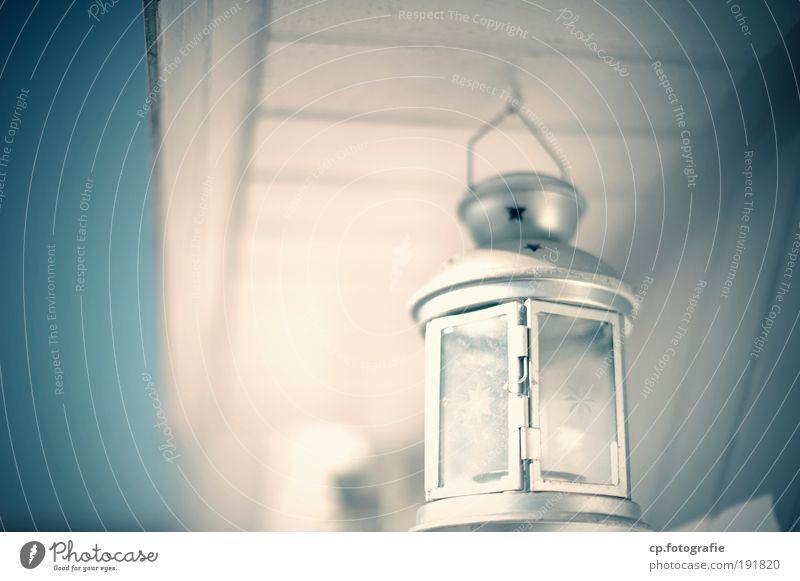 kleine Leuchte Laterne Balkon Terrasse hell positiv Wärme Glück Zufriedenheit Sehnsucht ruhig Außenaufnahme Lampion