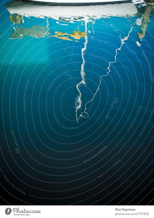 Kieloben Kreuzfahrt Sommer Meer Wellen Segeln Wasser Wasserfahrzeug Schifffahrt blau Reflexion & Spiegelung Farbfoto Außenaufnahme Textfreiraum unten Jacht