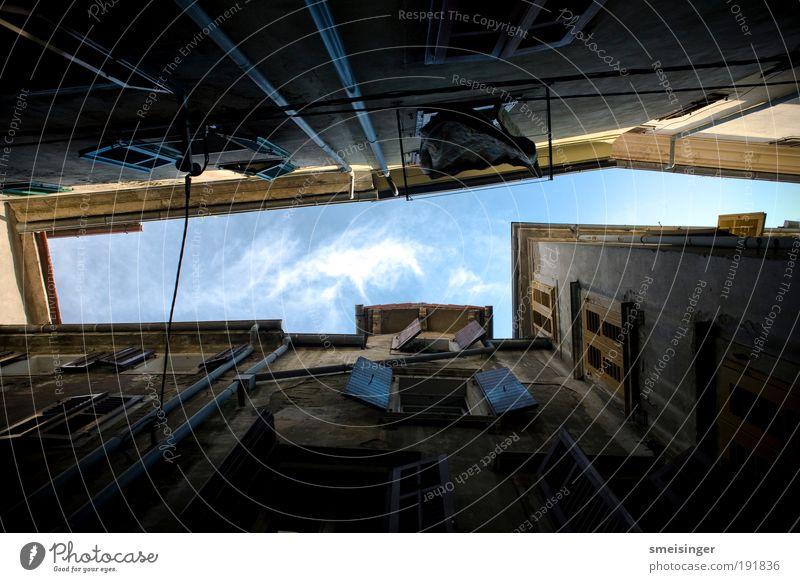 himmel alt Stadt blau Sommer Ferien & Urlaub & Reisen Haus gelb dunkel Wand Fenster Mauer Gebäude braun dreckig Architektur