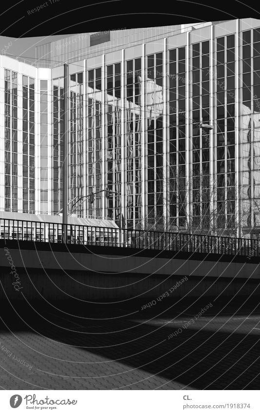 unter der rheinkniebrücke Schönes Wetter Düsseldorf Stadt Hochhaus Platz Brücke Bauwerk Gebäude Architektur Fassade Brückengeländer Verkehr Verkehrswege