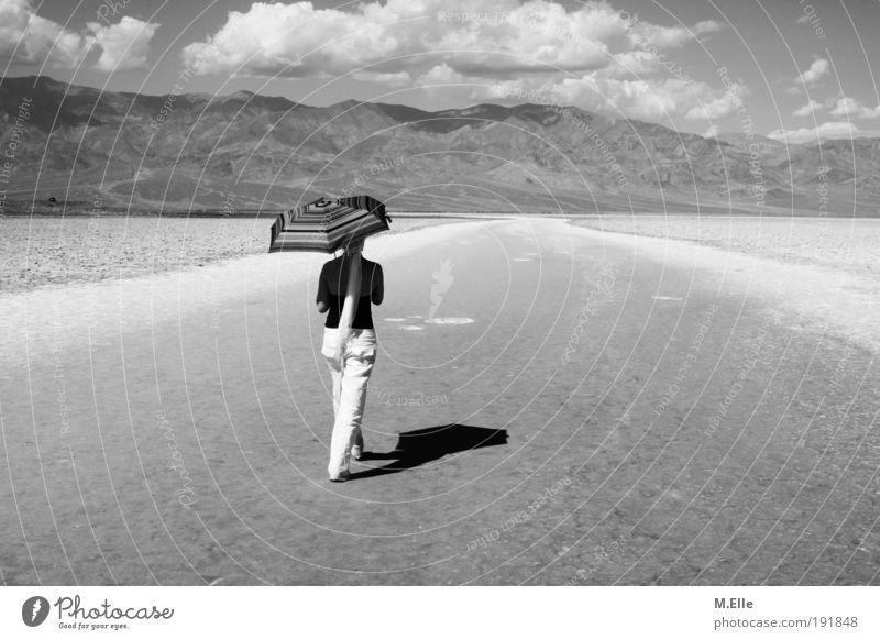 Gang zum Nirgendwo. Abenteuer Ferne Freiheit Sommer feminin Junge Frau Jugendliche 1 Mensch 18-30 Jahre Erwachsene Landschaft Erde Wärme Dürre Berge u. Gebirge