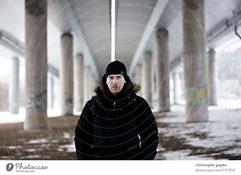 He maskulin Junger Mann Jugendliche Erwachsene 18-30 Jahre Brücke bedrohlich kalt rebellisch trashig trist Coolness Willensstärke Gewalt Symmetrie
