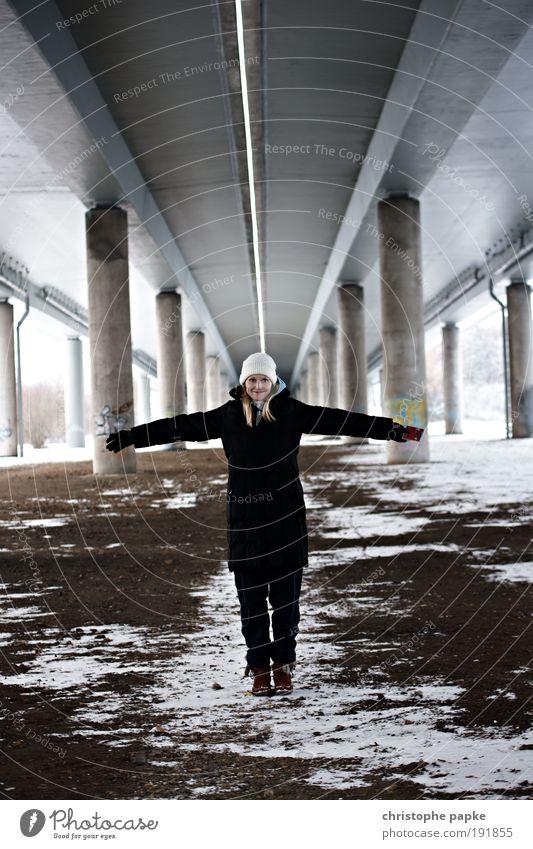 She Mensch Frau Jugendliche Erwachsene kalt Glück Zufriedenheit natürlich Fröhlichkeit Brücke trist 18-30 Jahre Junge Frau Freundlichkeit Lebensfreude trashig