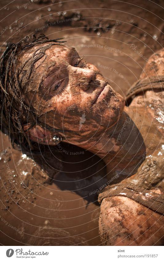 schlammschlacht Mensch Jugendliche Sonne Sommer Strand Freude Gesicht Haare & Frisuren braun dreckig Haut nass liegen Abenteuer außergewöhnlich verrückt