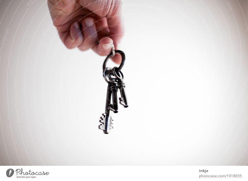 Schlüsselbund Häusliches Leben Hand 1 Mensch hängen alt Vor hellem Hintergrund aufschließen haltend Vignettierung Farbfoto Gedeckte Farben Innenaufnahme