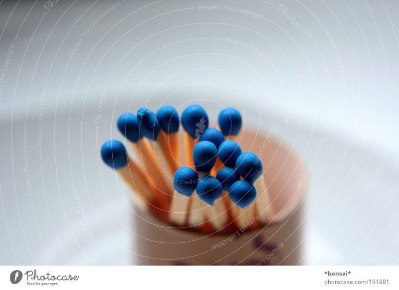 blauhelme Streichholz Holz dünn Billig klein braun weiß Energie Reibung entzünden Dinge benutzbar Feuer Stäbchen reiben Farbfoto Innenaufnahme Nahaufnahme