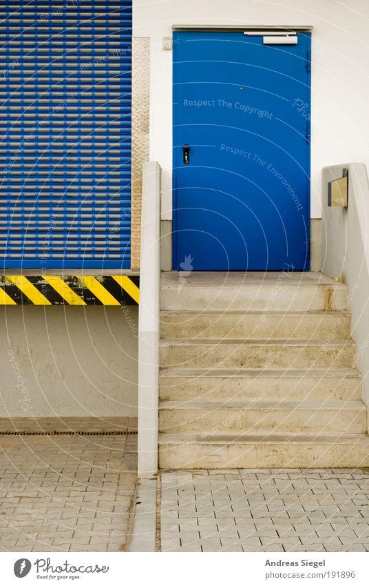 Ladezone blau schwarz gelb Wand Architektur Gebäude Mauer Arbeit & Erwerbstätigkeit Tür Treppe modern authentisch Güterverkehr & Logistik Tor Dienstleistungsgewerbe Eingang