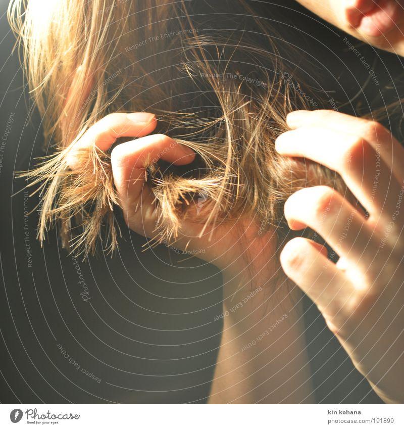 vergessen in gedanken schön Haare & Frisuren Maniküre feminin Junge Frau Jugendliche Erwachsene Haut Gesicht Mund Lippen Hand Finger 1 Mensch brünett langhaarig