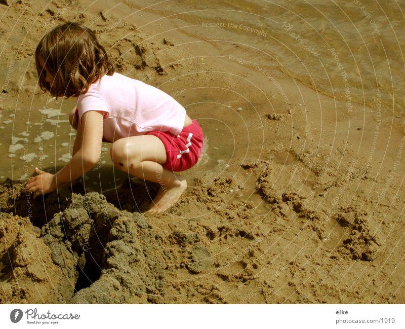 lasse uns eine sandburg bauen Kind See Sandburg Mensch Wasser