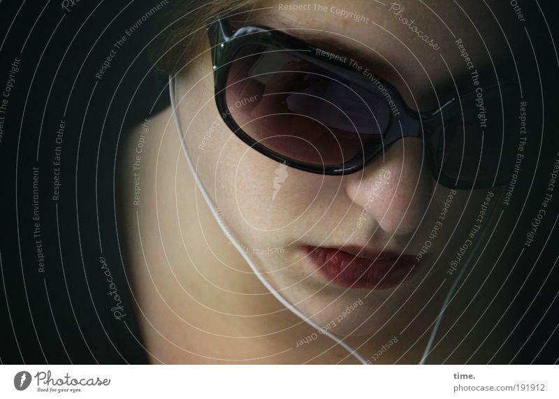 sound on public off Frau feminin Mund Nase geschlossen Lippen Konzentration hören Kopfhörer Sonnenbrille privat Rouge Porträt Brille Kosmetik vertiefen