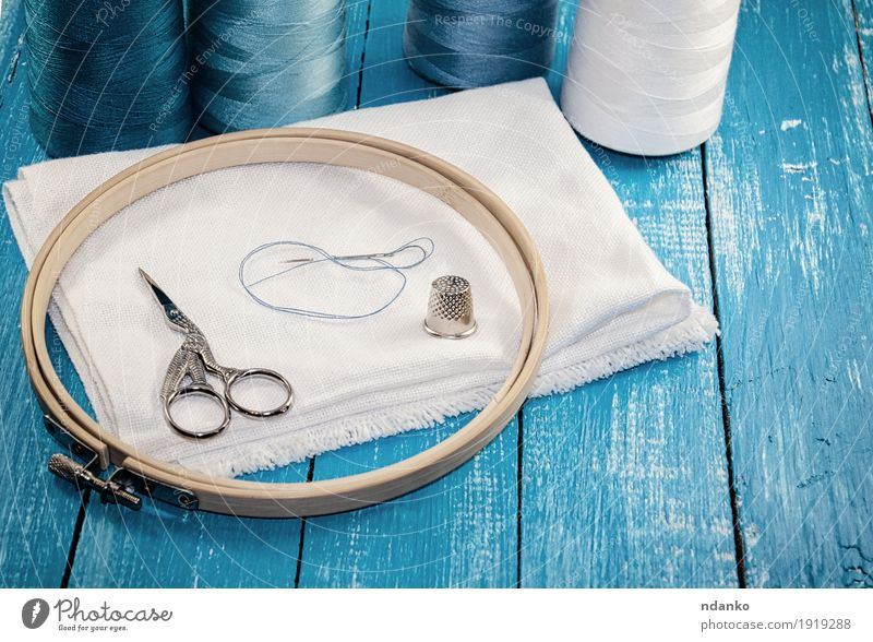 Threads in Spulen mit weißem Tuch für die Stickerei Freizeit & Hobby Industrie Schere Stoff Holz alt oben retro blau türkis Faser Nähen Reihe Textilien