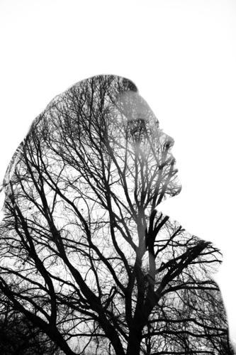 In Gedanken Mensch Natur Jugendliche Junge Frau Baum Wald 18-30 Jahre Gesicht Erwachsene Leben Traurigkeit Herbst Frühling feminin Park Ast