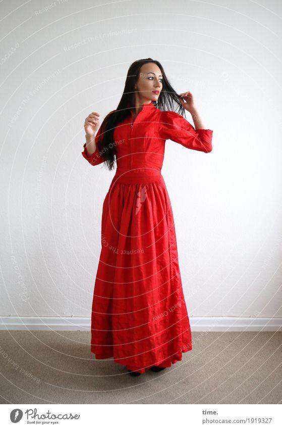 Nastya Raum feminin Frau Erwachsene 1 Mensch Kleid schwarzhaarig langhaarig beobachten Blick stehen warten ästhetisch schön rot selbstbewußt Willensstärke
