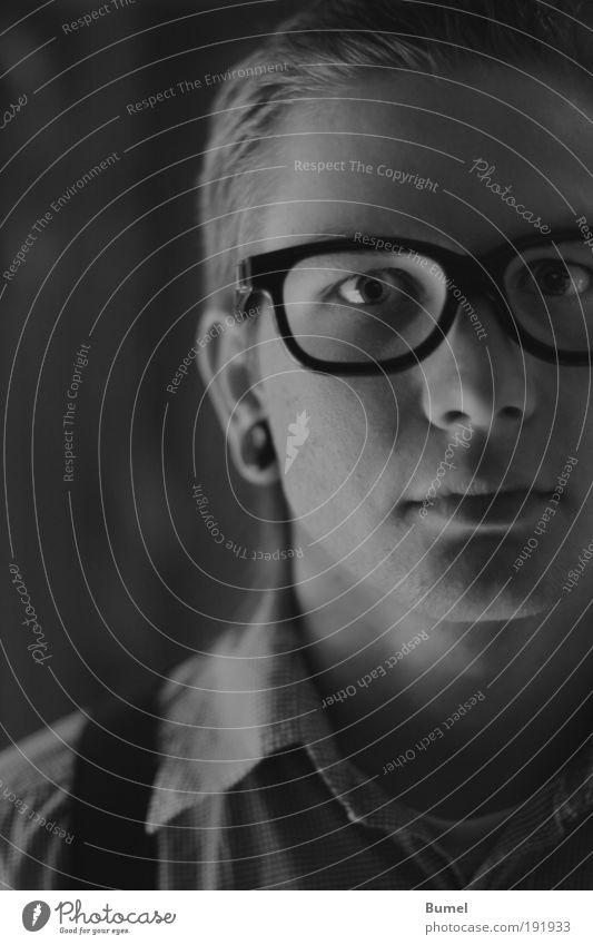 Nerd maskulin Kopf Junger Mann Brille Gesicht Porträit Schwarzweißfoto
