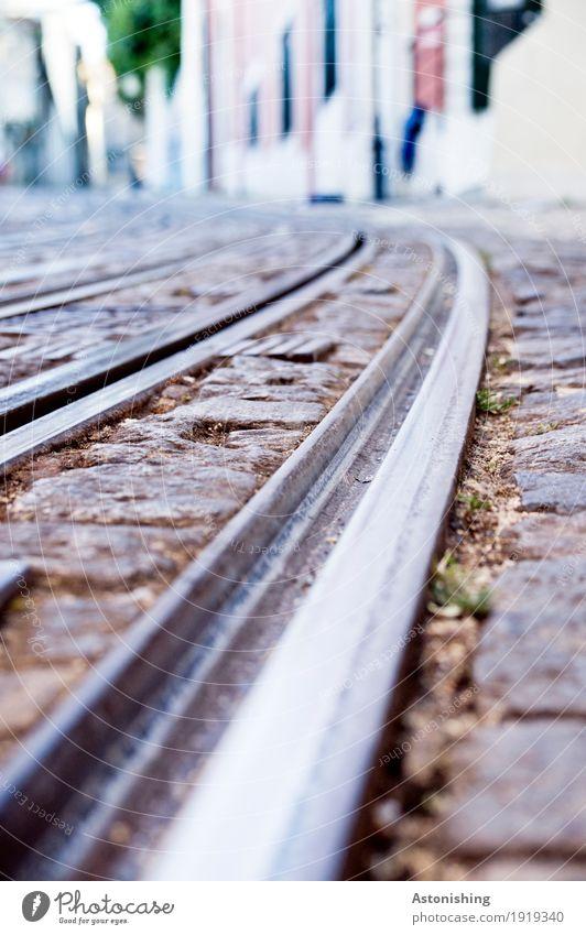 auf Schiene Lissabon Portugal Stadt Hauptstadt Hafenstadt Haus Bauwerk Gebäude Mauer Wand Fassade Verkehr Verkehrsmittel Verkehrswege