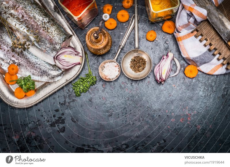 Fischfilets mit geschnittenem Gemüse, Kräutern und Gewürzen Lebensmittel Kräuter & Gewürze Öl Ernährung Mittagessen Festessen Bioprodukte Vegetarische Ernährung