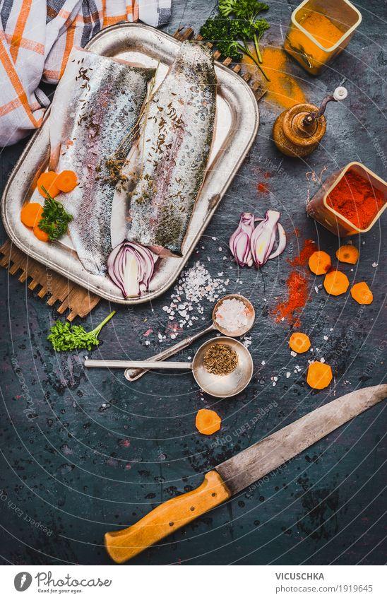 Fischfilets mit Küchenmesser und Gewürze Lebensmittel Gemüse Kräuter & Gewürze Ernährung Mittagessen Bioprodukte Vegetarische Ernährung Diät Geschirr Messer