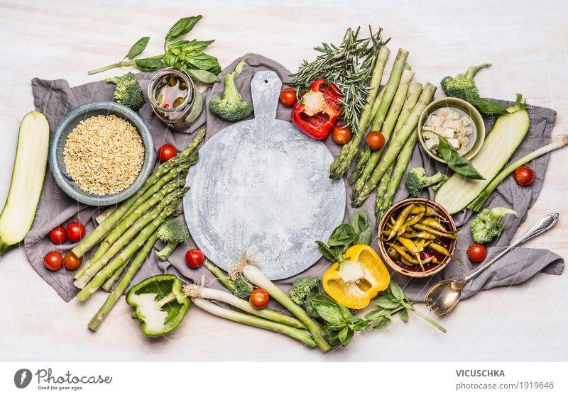 Gesunde Ernährung mit Gemüse und Graupe Lebensmittel Getreide Mittagessen Bioprodukte Vegetarische Ernährung Diät Geschirr Löffel Stil Design Gesundheit Tisch
