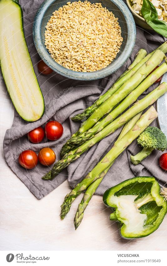 Pearl Gerste Salat Zubereitung mit Spargel und Zutaten Lebensmittel Gemüse Getreide Ernährung Mittagessen Abendessen Bioprodukte Vegetarische Ernährung Diät