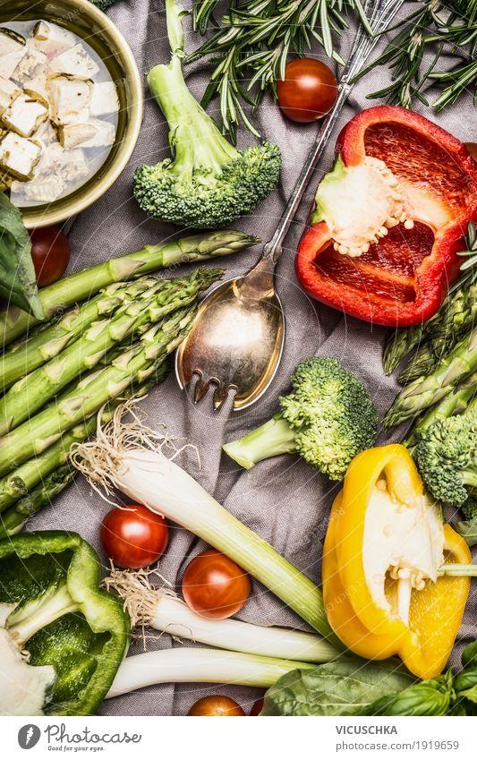 Verschiedenes buntes Gemüse Zutaten mit Kochlöffel und Feta Lebensmittel Salat Salatbeilage Kräuter & Gewürze Öl Ernährung Mittagessen Abendessen Bioprodukte