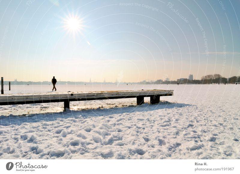 Über Wasser gehen in der schönsten Stadt der Welt.. Mensch Himmel Natur blau weiß Winter kalt Schnee Gefühle See Eis Zufriedenheit ästhetisch Hamburg