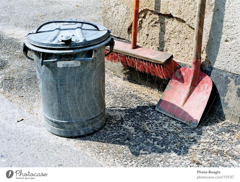 Reiterhof-Impressionen 05 dreckig Reinigen Sauberkeit Müllbehälter Besen Schaufel