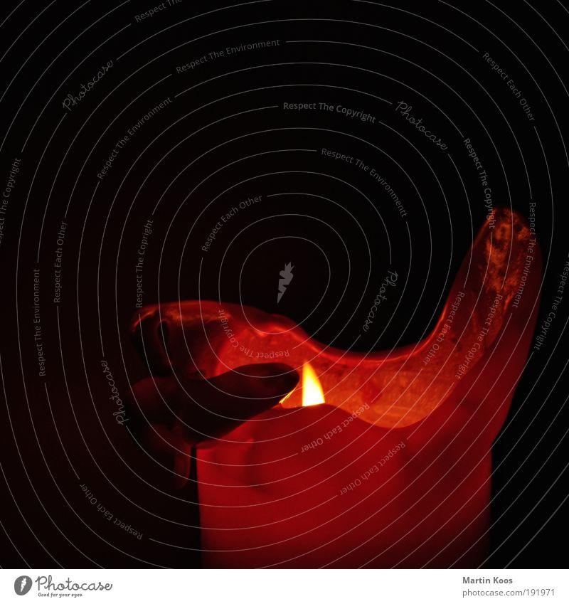 kerze schön rot dunkel Wärme Beleuchtung Zeit Stimmung Häusliches Leben leuchten Dekoration & Verzierung Elektrizität Vergänglichkeit Feuer Trauer Kerze erleuchten