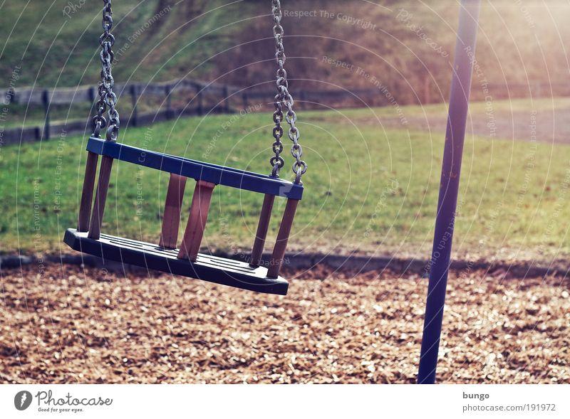 vetus et persolus Spielen Dorf Spielplatz schaukeln alt trashig Einsamkeit Kindheit Wiese Zaun Schaukel Kette Sitz Vergangenheit kaputt Sehnsucht