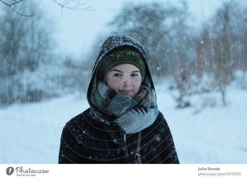 schnee feminin Frau Erwachsene 1 Mensch 30-45 Jahre Winter Eis Frost Schnee Schneefall Wald Mantel Schal Mütze Blick kalt grau grün Erholung Außenaufnahme Tag