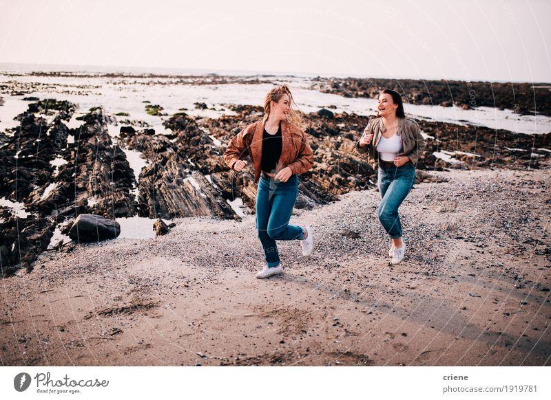 Jugendlichmädchen, die Spaß haben, auf den Strand zu laufen Lifestyle Freude Erholung Freiheit Meer Mensch feminin Junge Frau Jugendliche Schwester Freundschaft