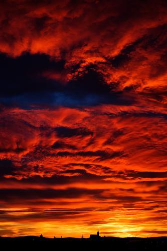 Rotes Gewölk Himmel Natur Landschaft rot Wolken schwarz Umwelt gelb Gebäude Deutschland orange Horizont leuchten glänzend Kirche groß