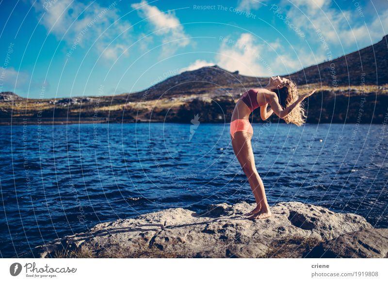 Junge schöne Frauen, die Yoga in einem See in der Natur üben Lifestyle Freude Leben Meditation Freizeit & Hobby Sommer Meer Fitness Sport-Training Mensch