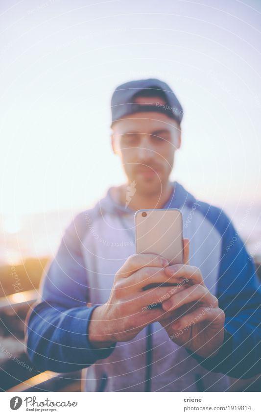Junge kaukasische Männer, die Foto mit intelligentem Telefon machen Mensch Jugendliche Mann Sommer Junger Mann Freude 18-30 Jahre Erwachsene Lifestyle Stil Mode