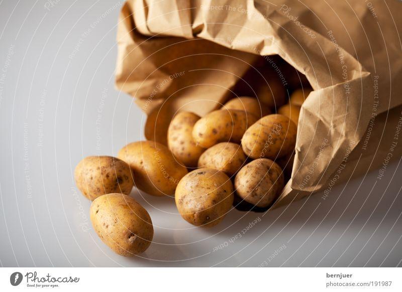 Nachtschattengewächsfrucht Kartoffeln Gemüse Tüte Lebensmittel Zutaten Knolle offen gold braun Vegetarische Ernährung roh Papier rund Essen zubereiten