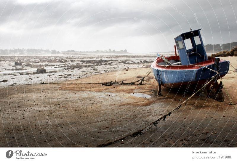 Auf dem Trockenen sitzen II Wasser Himmel blau rot Strand Ferien & Urlaub & Reisen Einsamkeit Regen Wasserfahrzeug Küste warten Nebel Seil Horizont Felsen Hafen
